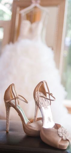 Wedding Photography: Learn about wedding photos, wedding pictures and find wedding photographers. See our wedding photography tips, prices & photographer ideas I want a pic like this with the perfect wedding shoes my fifi bought me :) Wedding gown and Bad Trendy Wedding, Perfect Wedding, Fall Wedding, Magical Wedding, Wedding Blog, Glamorous Wedding, Wedding Vintage, Vintage Weddings, Lace Weddings