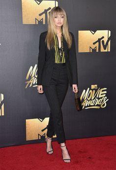 Gigi Hadid llegó a la entrega de premios con un dos piezas, camisa de rayas y lencería de Versace. La modelo presentó la gala.