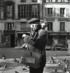 Paris, 1955 by Robert Doisneau Micro Photography, Photography Lessons, Street Photography, Amazing Photography, Henri Cartier Bresson, Robert Doisneau, Old Paris, Vintage Paris, Old Photos