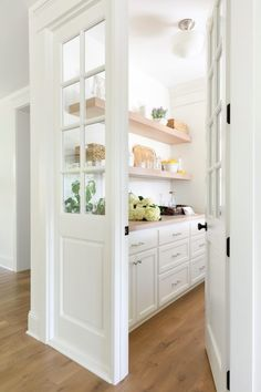 A Classic Farmhouse Meets Chic Furnishings A Classic Farmhouse Meets Chic Furnishings Ovidia 🙂 heilkeh Wohnen Living Home House Interieur Einrichten Living Interior Si les meubles […] Room Wooden Door Design, Wooden Doors, Wood Design, Design Design, Home Interior, Interior Design, Interior Ideas, Kitchen Pantry Design, Kitchen Butlers Pantry