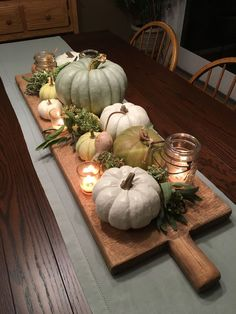 DIY Thanksgiving Dekor Ideen Wird Ihr Herz erwärmen There are over a hundred budget-friendly DIY Thanksgiving decorations for centerpieces, mantels, wreaths, and table settings that will impress your guests. Farmhouse Table Centerpieces, Pumpkin Centerpieces, Farmhouse Decor, Farmhouse Ideas, Fall Centerpiece Ideas, Dining Table Decor Centerpiece, Fall Lantern Centerpieces, Farmhouse Style, Fall Dining Table