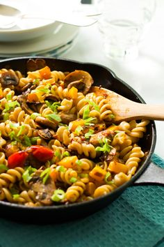 Fusilli with mushroom and roasted butternut squash Primavera Kitchen Recipe Meat Recipes, Healthy Dinner Recipes, Pasta Recipes, Real Food Recipes, Cooking Recipes, Vegetarian Recipes, Roasted Red Pepper Pasta, Butternut Squash Pasta, Pasta Dinners