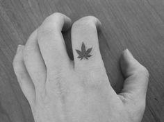 9 petites feuilles de cannabis / marijuana / herbe / tatouages