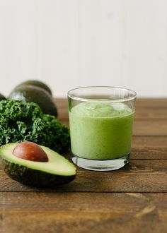 Avocado Kale Superfood Smoothie 1 frozen banana, chopped in small chunks cup blueberry yogurt 1 cup kale (or spinach) leaves, chopped ripe avocado Avocado Smoothie, Juice Smoothie, Smoothie Drinks, Healthy Smoothies, Healthy Drinks, Smoothie Recipes, Healthy Eating, Ripe Avocado, Kale Superfood