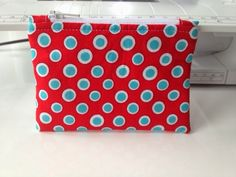 Beantwoorden Diy Projects To Try, Sewing Projects, Zipper Pouch Tutorial, Quilted Bag, Quilt Tutorials, Small Bags, Handicraft, Couture, Knitting