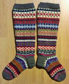 Lanka, puikot ja inspiraatio: Nyt on värikkäät jalat! Knitting Stiches, Knitting Socks, Hand Knitting, Knitting Designs, Knitting Patterns, Scandinavian Pattern, Comfy Socks, Sock Shop, Xmas Stockings