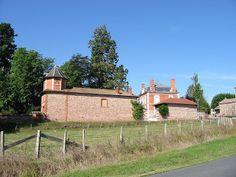 Le rose des briques et des pierres de porphyre (roche éruptive à grain très fin) est caractéristique de l'architecture traditionnelle locale.