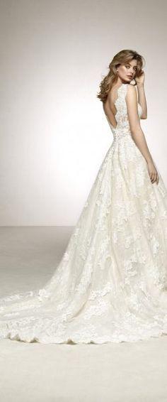 gefunden bei Happy Brautmoden Brautkleid elegant, elegantes Brautkleid, Pronovias, Spitze, Spitzenkleid, edel, elegant, fließend, Rückenausschnitt, Hochzeitskleid, romantisch