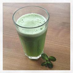 Gurkensaft mit frischer Minze, Apfel und Sellerie - ein lecker erfrischender Saft für Zwischendurch. 1 Salatgurke, 1 Apfel, 1 Selleriestange in den Entsafter - 5 Blätter frische Minze hinein mixen.  Have a break, have a #greenjuice - this one is cucumber, Apple, celery and fresh mint - nice❗️