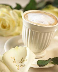 Trendykunst presenteert dit prachtige schilderij van een kopje cappuccino.  Een canvas schilderij met een print.