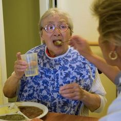 When an elderly person loses taste, it can cause a loss of appetite, weight loss, poor nutrition, weakened immunity, and even death. Here is how to manage loss of taste in the elderly.