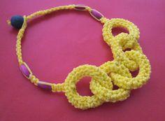 Collana maglia giallo con filati macrame