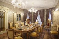 classic and traditional dining room decorating ideas, wooden furniture and beautiful chandeliers Modern Decor, Decor, Elegant Dining Room, Dining Room Design, Dining Table Decor, Classic Home Decor, Dining Room Decor Modern, Dining Room Design Classic, Room Design