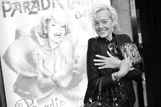 Ellen von Unwerth devant le Paradis Latin avant que ne débute le défilé Jean Paul Gaultier printemps-été 2014 http://www.vogue.fr/mode/inspirations/diaporama/les-coulisses-de-la-fashion-week-printemps-ete-2014-a-paris-jour-5/15471/image/858549#!8