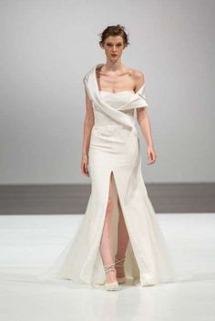 WEDDING DRESS 2014 GIUSEPPE PAPINI WITH SLIT: This dress from the 2014 collection of Giuseppe Papini is characterized by an original bodice and by a dizzying gap.