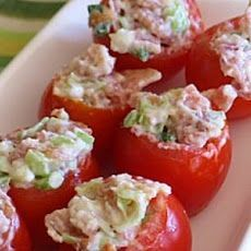 The BEST - Bacon stuffed cherry tomatoes. My favorite food of our family xmas eve party! Yummy Appetizers, Appetizer Recipes, Great Recipes, Favorite Recipes, Sunday Recipes, Easy Recipes, Dinner Recipes, Cherry Tomato Recipes, Tapas