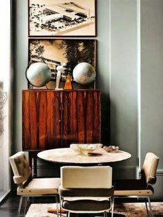 commode en bois rétro et table ronde avec des chaises