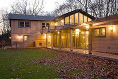 Cette maison existante a été re-conçue pour mieux se connecter à son environnement naturel. Située dans la forêt, il était logique de choisir un revêtement en bois et d'insérer de nombreuses ouvertures vitrées afin de laisser entrer la lumière et de profiter de la vue sur le jardin.