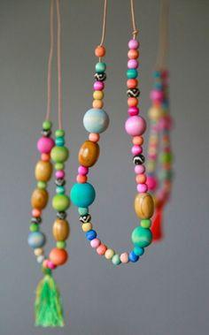 Vòng đeo cổ bằng hạt gỗ nhiều màu sắc