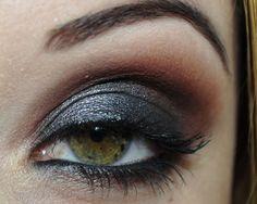 Tutorial de maquiagem preta com acabamento metálico.