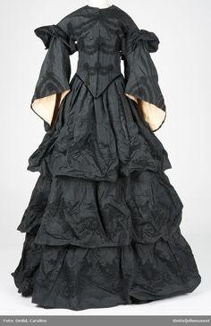 Object type Kjole (Name) Dress (Alternative name) Selskapskjole (Precise name)Summary Foldelagt skjørt med 3 brede kapper. VF.04546 Slottsfjellsmuseet