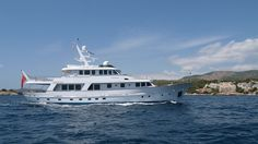 This beautiful Hakvoort motor yacht has finished her refit and is ready for summer! A proven 31 m. sea going yacht with Dutch pedigree. Her layout is very flexible with large staterooms, salon and sky lounge. Her interior is elegant, classic and yet still not over bearing in character.  A very interesting opportunity to acquire a rare pedigree ocean going vessel.  #dutchyacht #yachtsnl #hakvoort #beeldsnijder #ocean…
