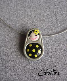 Un petit pendentif original: une poupée russe noire et petits pois jaunes / matriochkas