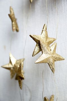 Gold star garland in shapes of constellation. Paint the main stars in a bolder color or make other stars gold foil, but constellation stars glitter. Noel Christmas, Winter Christmas, Christmas Crafts, Christmas Decorations, Christmas Ornaments, Christmas Colors, Star Decorations, Aniversario Star Wars, Free People Blog