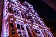 Para gustos hay colores, por eso nuestra fachada cambia de color y se convierte en faro del centro de la ciudad.