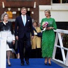AMSTERDAM - De groene japon waarin koningin Máxima maandagavond op het 5 meiconcert verscheen, stamt uit 1981 en is afkomstig uit de garderobe van haar schoonmoeder, prinses Beatrix. Zij droeg dezelfde groene jurk destijds tijdens het galadiner op de eerste dag van haar staatsbezoek aan België.