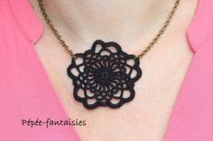 """Collier au crochet - ras du cou """"Rosace Noire"""" - chaîne métal bronze - long. 42…"""