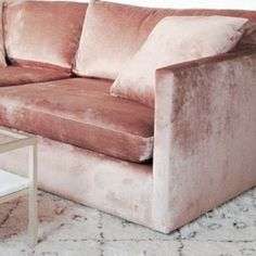 PLUSH | Rosa Samt Sofa | Luxus Dekor Ideen für Wohnzimmer Design | Feminin Stil | http://wohn-designtrend.de