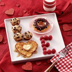 LOVE valentine's day breakfast ideas - cute Valentine's day ideas - breakfast in bed. Love this idea, simple yet sweet. Valentines Day Food, Valentine Day Crafts, Valentines Surprise For Him, Romantic Valentines Day Ideas, Cute Valentines Day Ideas, Valentines Day For Boyfriend, Valentines Breakfast, Boyfriend Anniversary Gifts, Valentines Day Gifts For Him