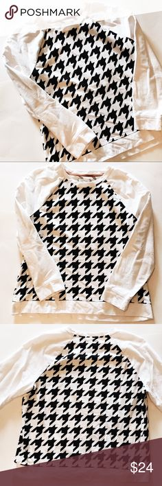 Lou & Grey Black & White Houndstooth Sweatshirt Black and white printed houndstooth sweatshirt from Loft / Lou & Grey. Only worn 2x and is in very good condition! Lou & Grey Tops Sweatshirts & Hoodies