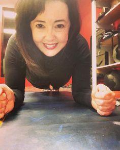 When you can't run - plank!  #runbeautiful #girlsrunfast #motherrunner #momsrun #bbggirls #fangirl #p90x #fitfluential #influenster #hammerandchisel #shakeology #fitlondoners #werunhappy #werunsocial #instarunner #strongnotskinny #fitness #runnersofinstagram #runthisyear #instarun #typeaparent #sweatpink #plank #fitfam by thekesselrunner