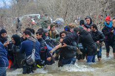 Kinder und Jugendliche trugen die Menschen auf den Schultern durch das Wasser....