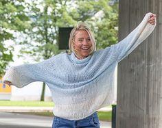 Strikk deg You go girl!-genseren fra Varm design. Denne superlette og supermyke…