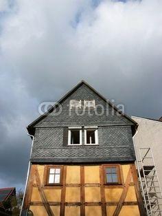 Altes Fachwerkhaus mit Schieferfassade und spitzem Giebel in Salzböden bei Lollar in Hessen