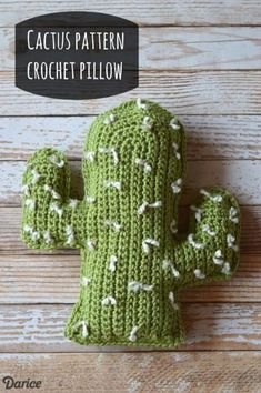 Get inspired to create for warmer weather with this crochet cactus pattern. You can create a not-so-prickly pillow with this free crochet pattern. Crochet Diy, Manta Crochet, Crochet Home, Crochet Gifts, Crochet Granny, Granny Granny, Chunky Crochet, Blanket Crochet, Crochet Puff Flower