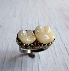 Anillo de dientes Memento Mori - 165,00 $ | 21 ideas para regalos de Navidad para los góticos en tu vida