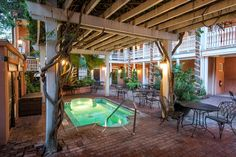 Discover a charming bed and breakfast located in Charleston Historic District featuring Southern-style rooms, evening reception, and a cobblestoned courtyard. Charleston Sc Hotels, Charleston Historic District, Charleston Style, Charleston South Carolina, Explore Dream Discover, Jacuzzi Outdoor, Backyard, Patio, Beautiful Hotels