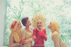 Love you sisters #AnggaDina . #muslimbride #hijabwedding #minangwedding #muslimwedding #akadnikah #minang #sunting #suntiang #outdoorwedding #hijabbride by andinairvani