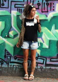 Soraia Marx, do blog Mistureba Chic, com um look despojado: Óculos + T-shirt Rio de Janeiro + Short Jeans + Rasteira + Bolsa animal print.