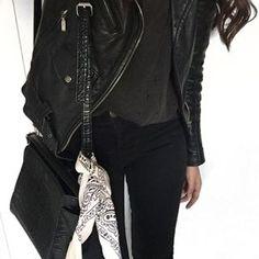 Talvez você esteja vestindo exatamente a mesma coisa hoje, mas mesmo assim queria estar nessa foto. | 15 imagens fortes demais para quem ama vestir roupa preta