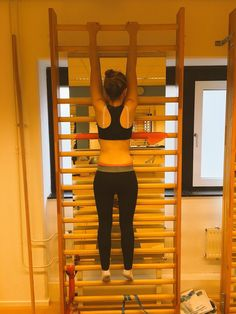 Een patiënt doet long hanging een #BSPTS #Schroth based #scoliose oefening @scoliosiscare