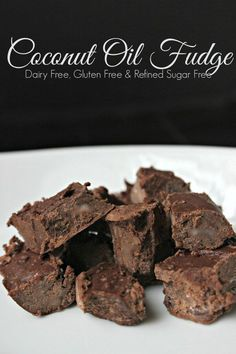 This simple coconut oil fudge recipe is made healthy with natural ingredients like coconut oil, cocoa powder, raw honey and vanilla extract. (To make it Arbonne detox friendly, use Stevia instead of honey) Low Carb Desserts, Healthy Desserts, Just Desserts, Delicious Desserts, Healthy Fudge, Healthy Skin, Healthy Recipes, Coconut Recipes, Fudge Recipes