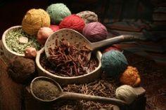 Ihana kuva kasvieilla värjäämisestä. Natural Dye Sources