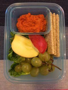 hummus z pieczoną papryką, listki sałaty, winogrona, jabłko, pieczywo chrupkie