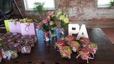 il tavolo delle #bomboniere rigorosamente confezionate a mano con allestimenti che richiamano gli sposi