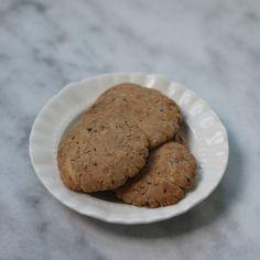 Van de week komen er weer een aantal favorieten voorbij, dus we beginnen de week met chocolade! Lekkere brosse chocolade koekjes. Als je dag daar niet goed mee start! Kijk voor het recept op www.fionakookt.nl #fionakookt #gadvergluten #glutenvrij #lactosevrij #FODMAP #lactosefree #glutenfree #koekjes #cookies #bakken #lekkereten #lekkerekoekjes #glutenvrijekoekjes #lowfodmap #fodmapvriendelijk #fodmapgenieten #glutenenlacotsevrijgenieten #lekkereten #bakproject #smullen #oven #foodblog… Choco Chip Cookies, Choco Chips, Desserts, Food, Meal, Deserts, Essen, Hoods, Dessert